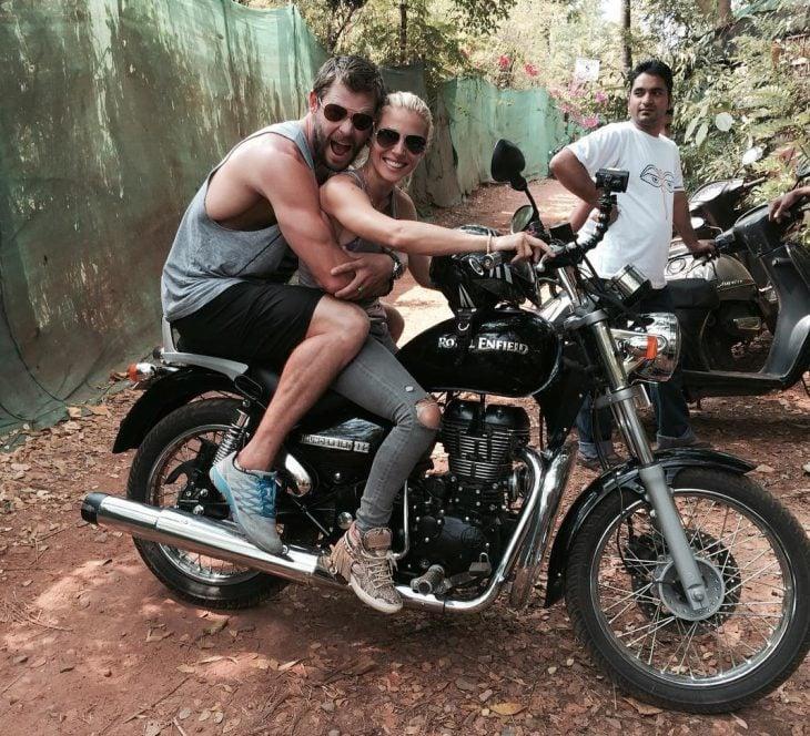 hombre abrazando a mujer con lentes en una motocicleta