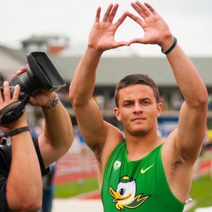 hombre atleta musculoso levanta las manos