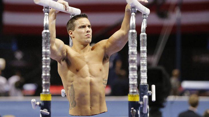 hombre atleta musculoso haciendo gimnasia