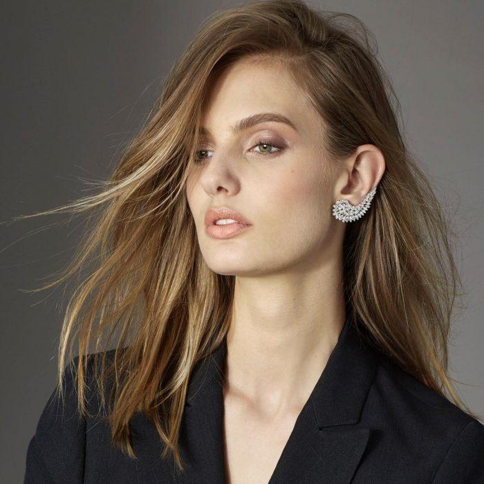Modelo con un Ear Cuff.