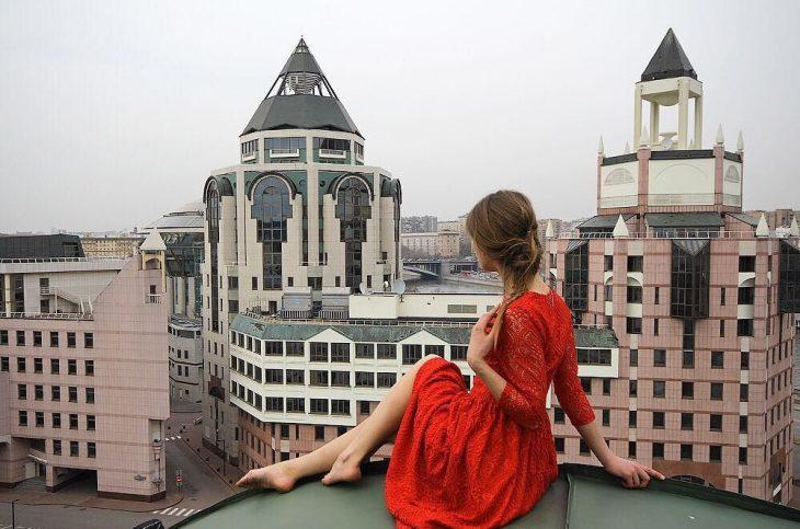 Foto en un edificio con un vestido rojo.