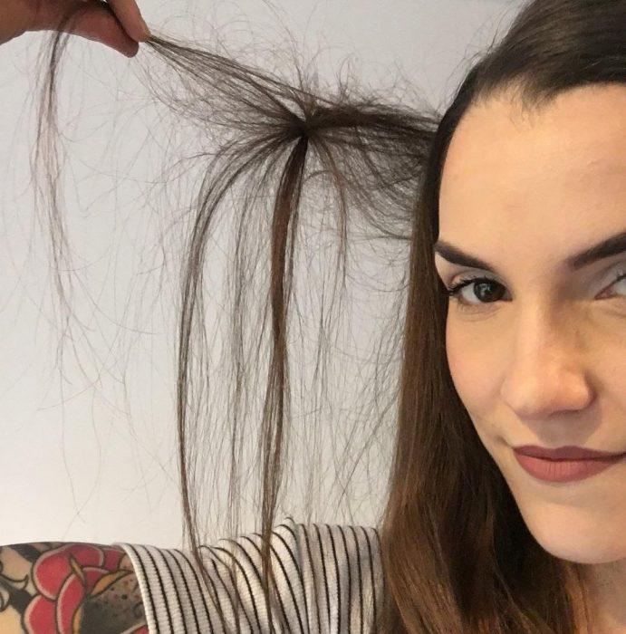 mujer blanca con cabello largo enmarañado