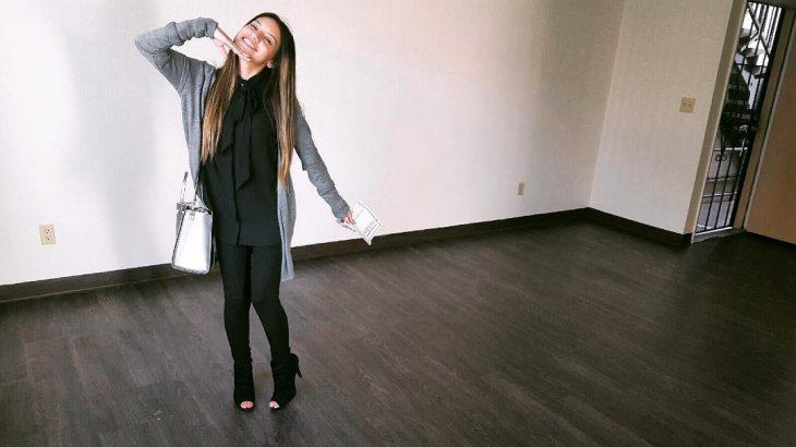 mujer en habitacion sin muebles