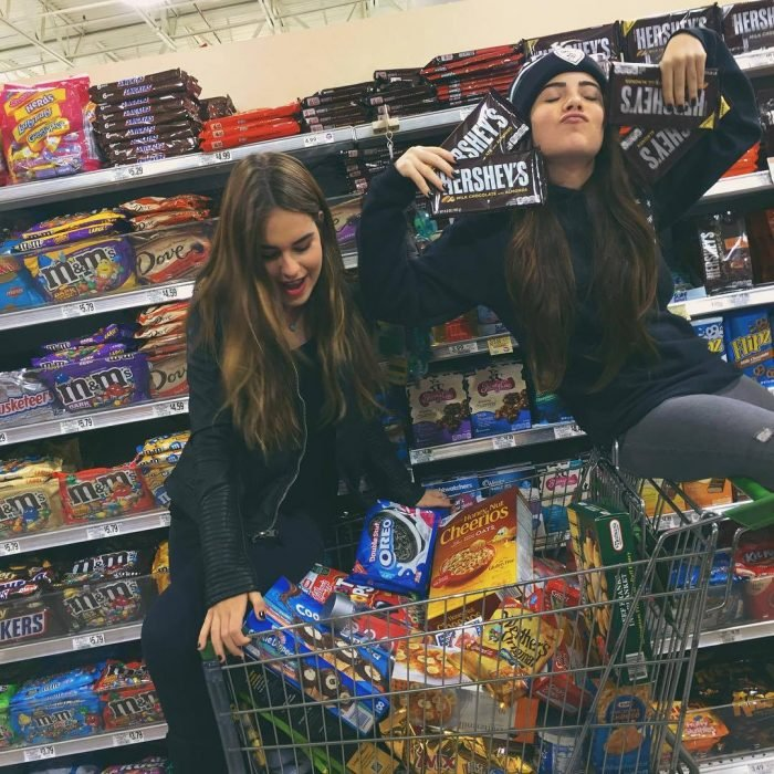 mujeres en super mercado