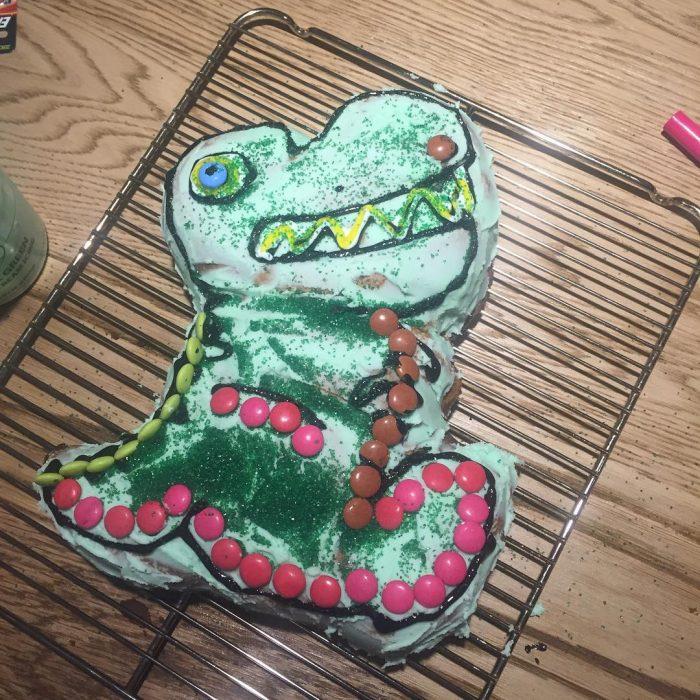 pastel de dinosaurio verde con dulces de chocolate