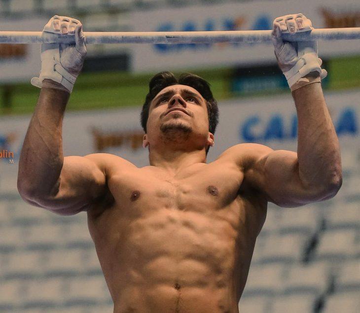 hombre musculoso haciendo gimnasia
