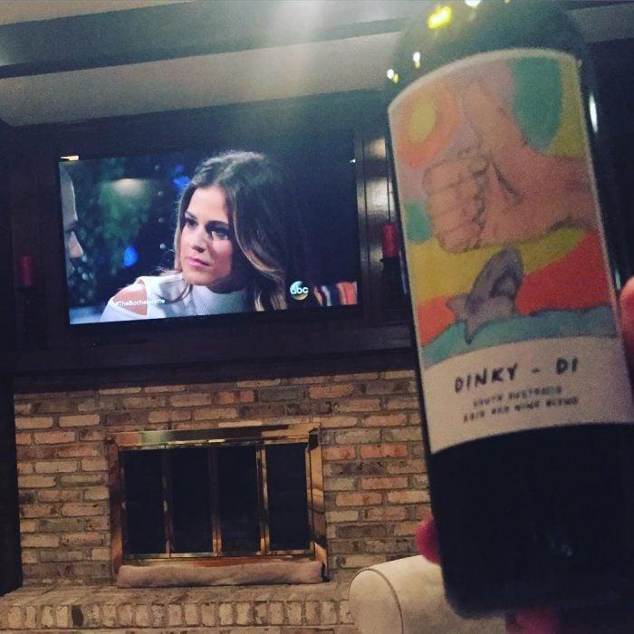 televisor y botella de vino