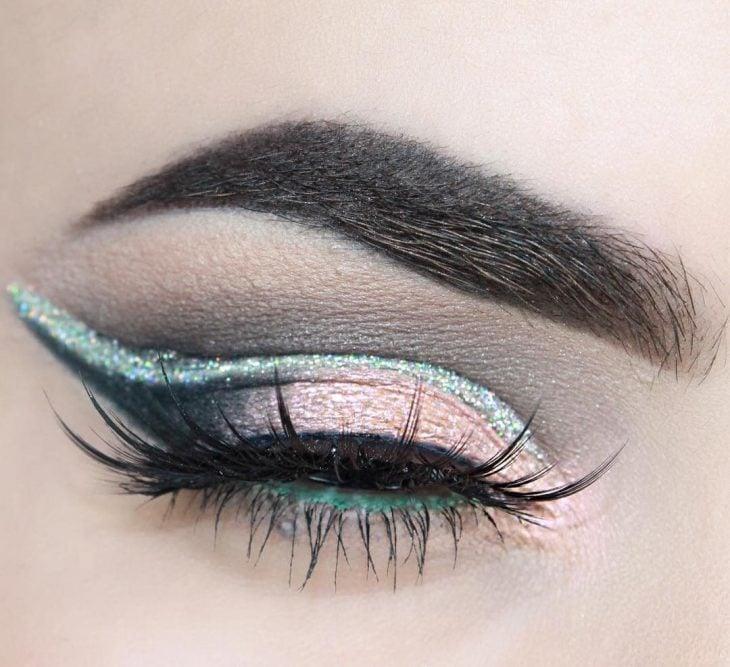 Maquillaje de ojos vibrante.
