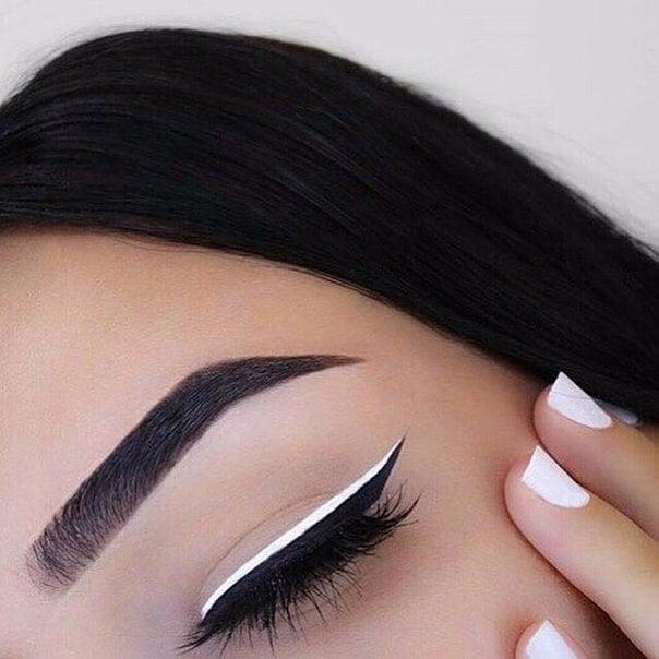 Maquillaje de ojos blanco y negro.