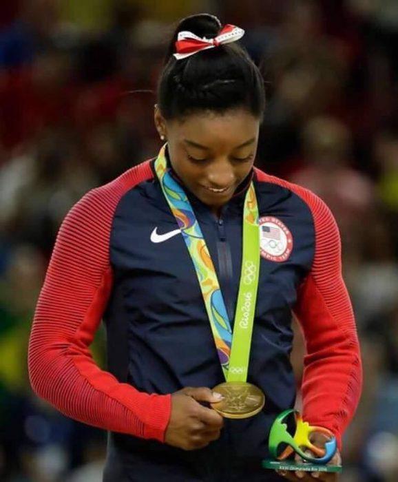 mujer con chamarra y medalla