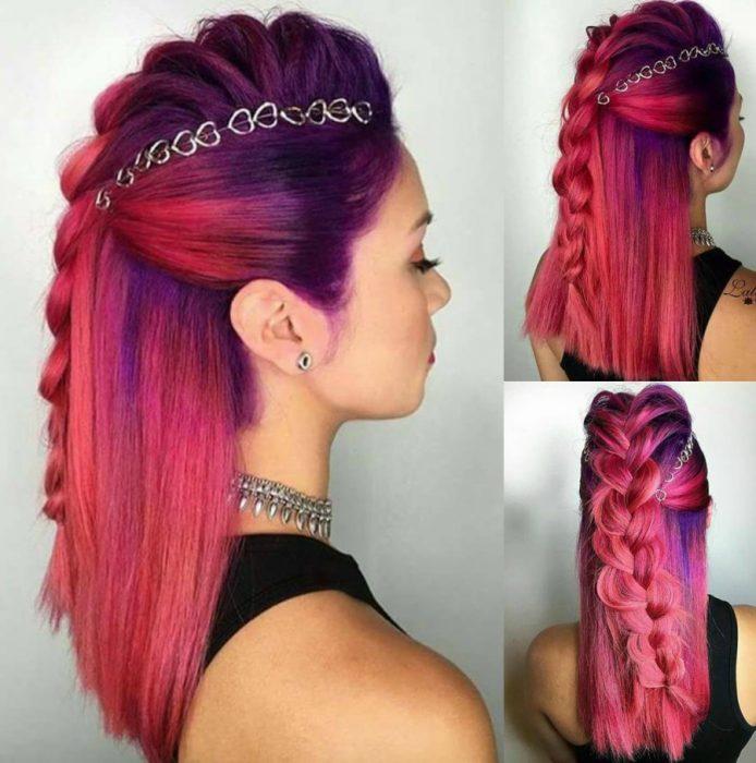 mujer con cabello morado y rosa con anillos