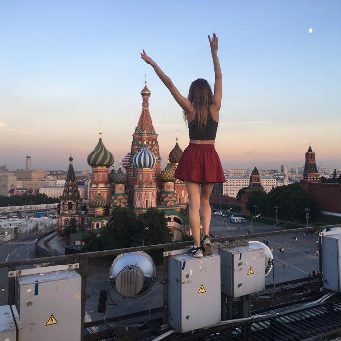Foto desafiante en lo alto de un edificio.