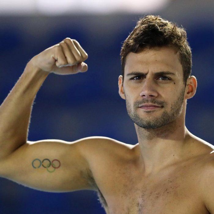 hombre atleta musculoso levanta puño