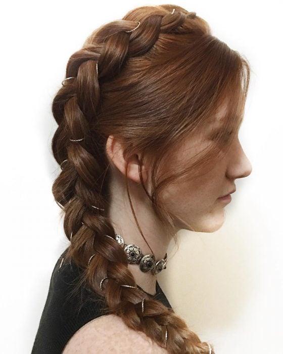 mujer con trenza duquesa con anillos