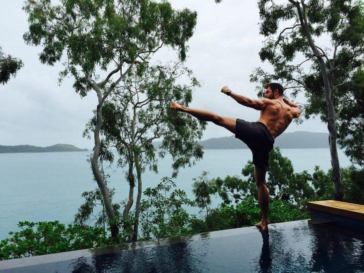 Hombre con shorts en alberca haciendo artes marciales