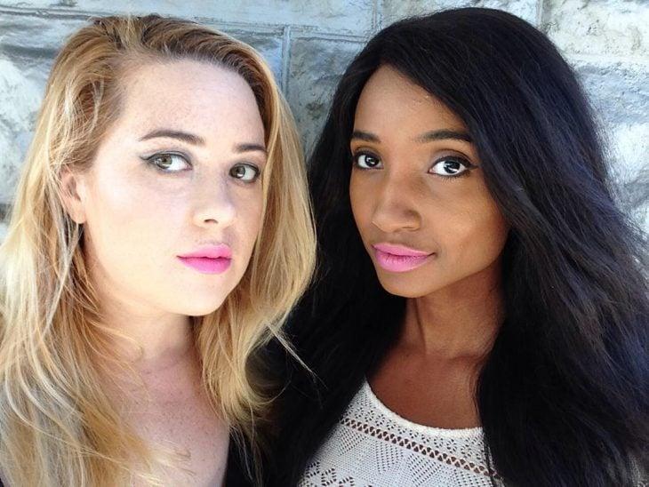 Dos mujeres de piel blanca y morena con labial rosa barbie