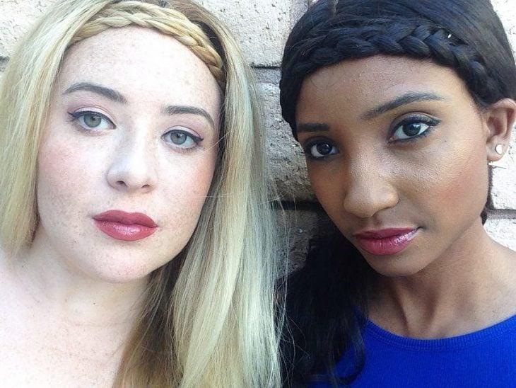 Dos mujeres de piel blanca y morena con labial rosa crema