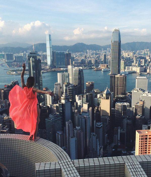 Foto mirando una ciudad desde lo alto.