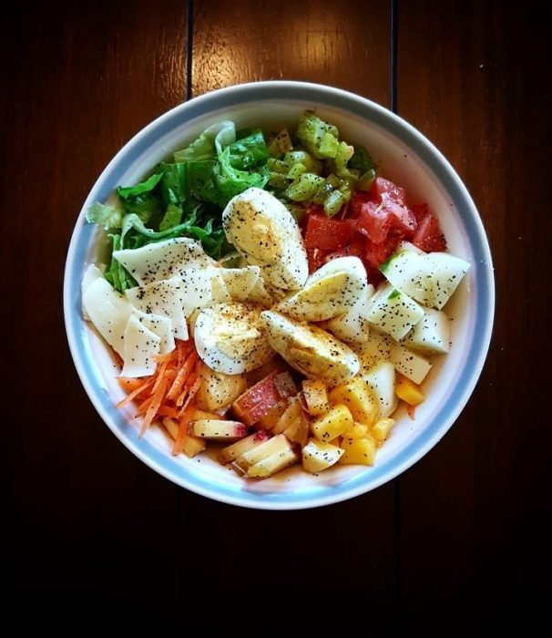 plato concomida de colores fuertes tomate y verduras