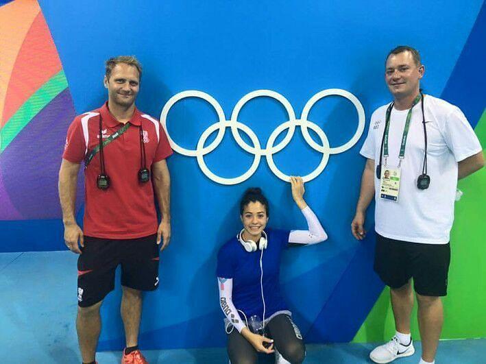 Yusra mardini con sus entrenadores en los Juegos Olímpicos.