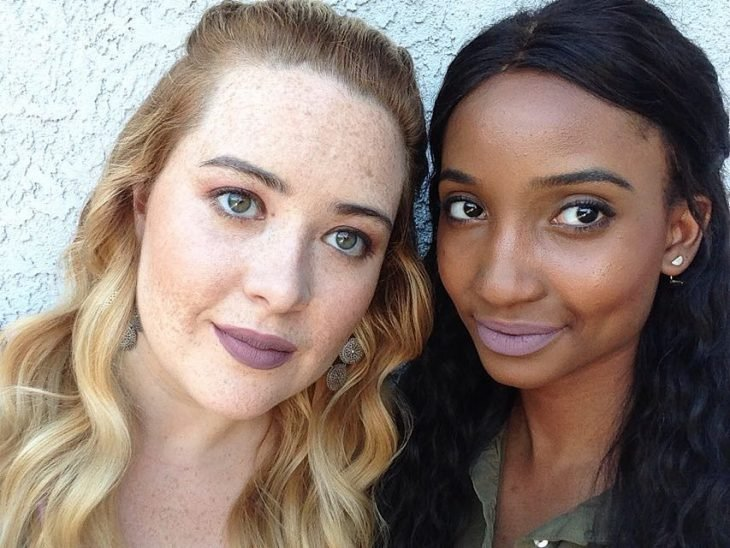 Dos mujeres de piel blanca y morena con labial cafe crema