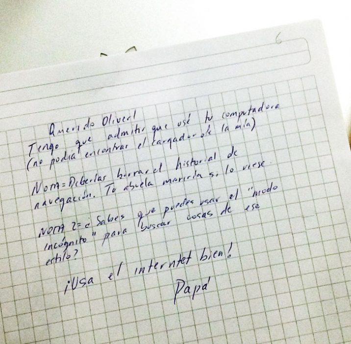 Divertidas notas que están sobre la mesa de padres hacia sus hijos