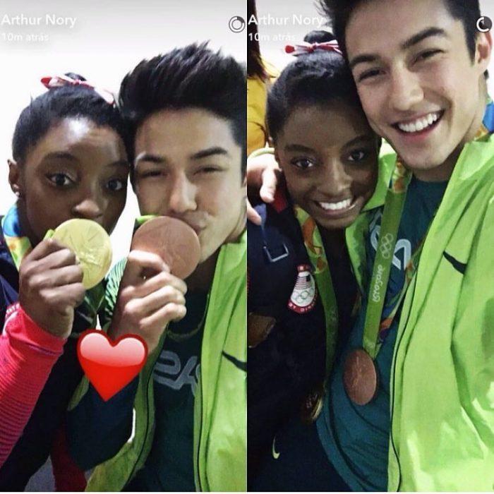 mujer y hombre besando sus medallas