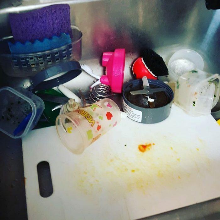 platos sucios en el fregador