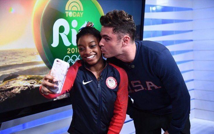 chica gimnasta con hombre dandole un beso y selfie