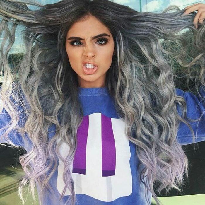 Chica de cabello largo luciendo un degradado gris.