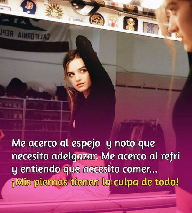 mujer con suéter negro frente a espejo