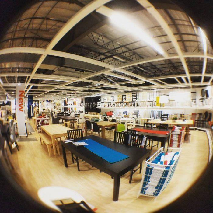 mesas en tienda departamental