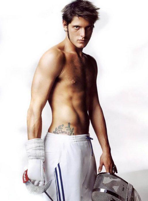 hombre atleta musculoso con pantalón blanco y sin playera