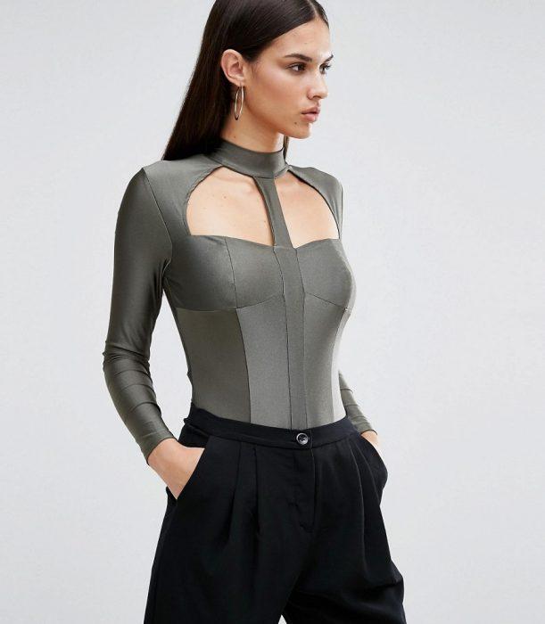 Chica usando un body suit en color gris con cuello ato