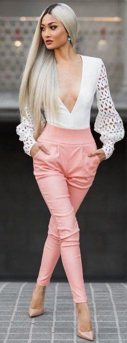 Chica usando un bodysuit de color blanco con mangas largas