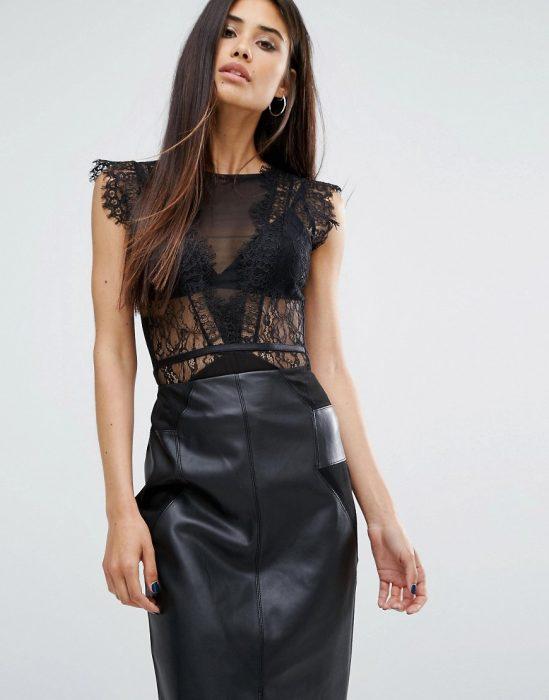 chica usando un bodysuit de color negro en encaje con una falda en color negro