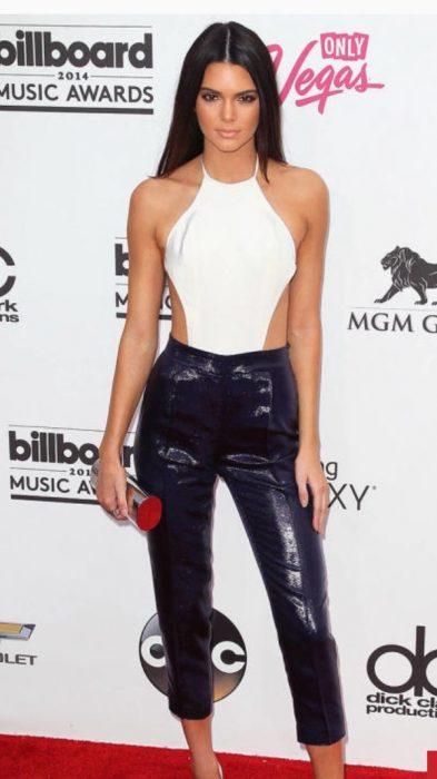 Kendall jener usando un bodysuit en color blanco con un pantalón en color negro