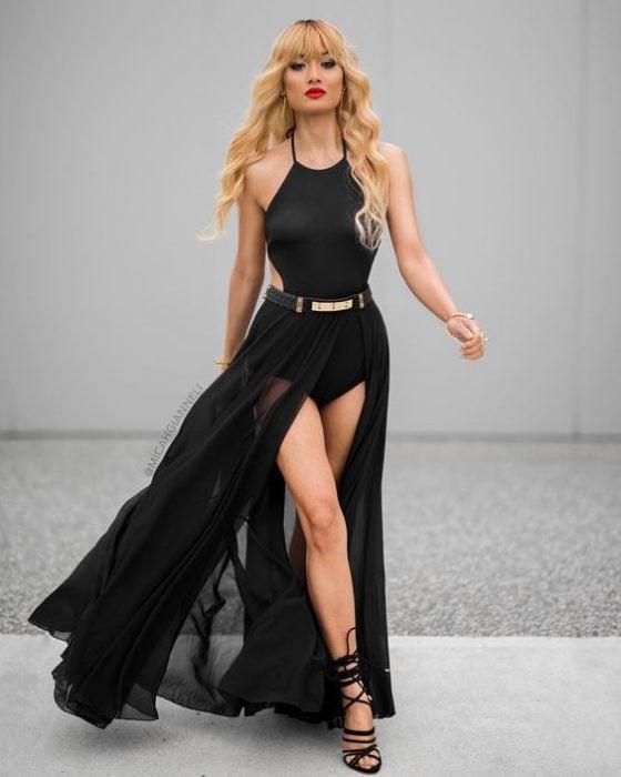 Chica usando un bodysuit con una maxi falda en color negro
