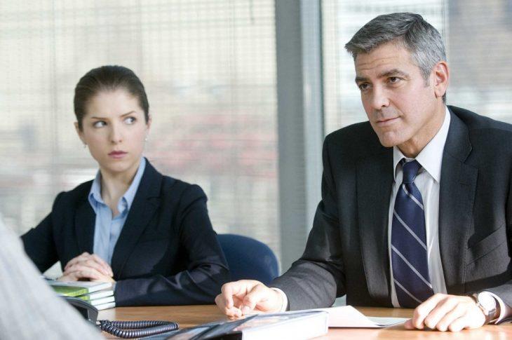 chica y hombre en oficina