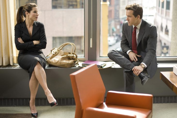 mujer y hombre platicando en una oficina