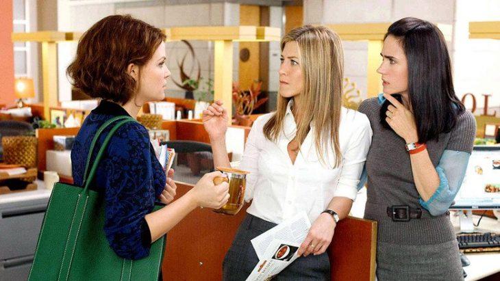 chicas platicando en una oficina