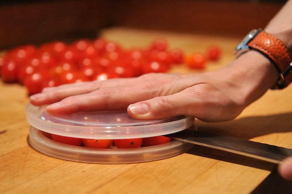 mujer cortado tomates entre dos tapas