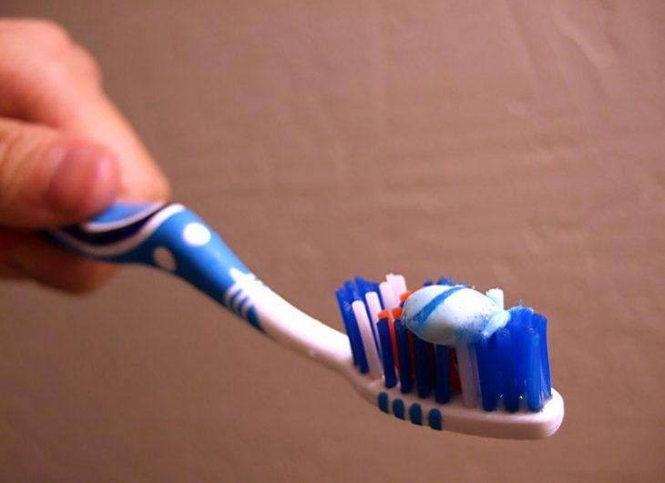 cepillo con poca pasta de dientes