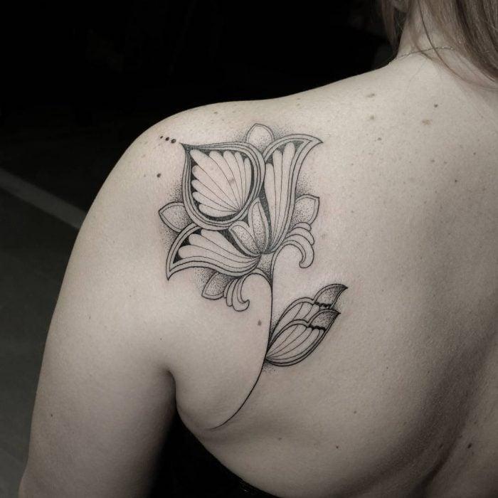 tatuaje negro flor en la espalda
