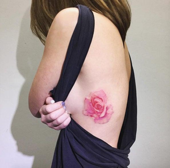 tatuaje flor en el costado
