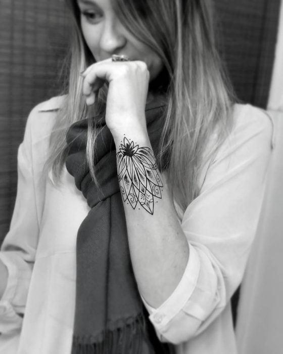 tatuaje flor negra en brazo