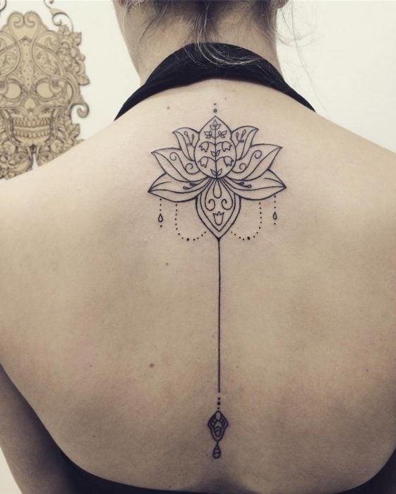 tatuaje flor de loto espalda