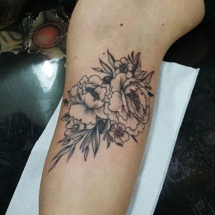 tatuaje flor antebrazo