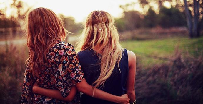 chicas de espaldas abrazadas