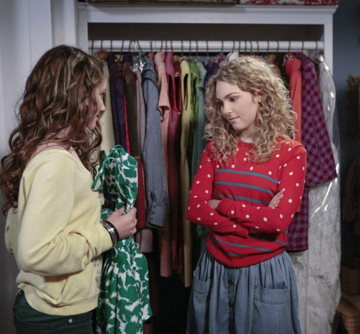 chicas probándose ropa